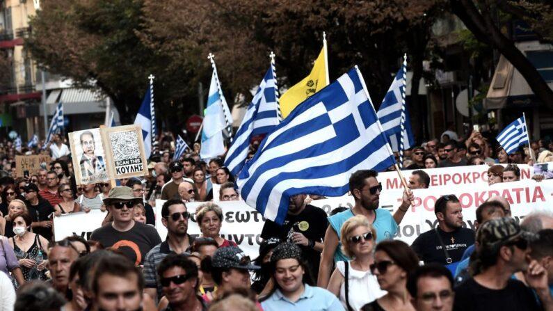 Manifestantes participan en una protesta en contra de la vacunación obligatoria en Tesalónica (Grecia) el 21 de julio de 2021. (Sakis Mitrolidis/AFP vía Getty Images)