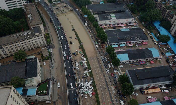 Una vista aérea muestra un cúmulo de coches a la entrada de un túnel después de que las fuertes lluvias afectaran a la ciudad de Zhengzhou, en la provincia central china de Henan, el 22 de julio de 2021. (NOEL CELIS/AFP a través de Getty Images)