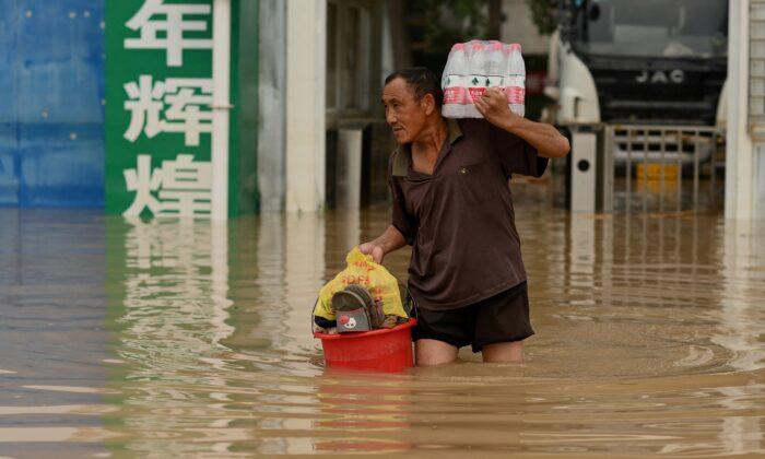 Madre busca a su hija desaparecida, cuestionan número de muertos por inundaciones en China