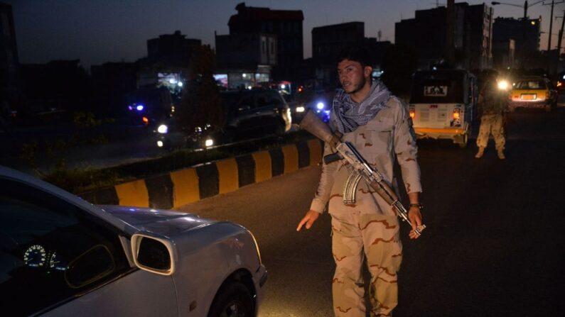 Un personal de seguridad detiene un vehículo en un punto de control en Herat (Afganistán) el 24 de julio de 2021. (Hoshang Hashimi/AFP vía Getty Images)
