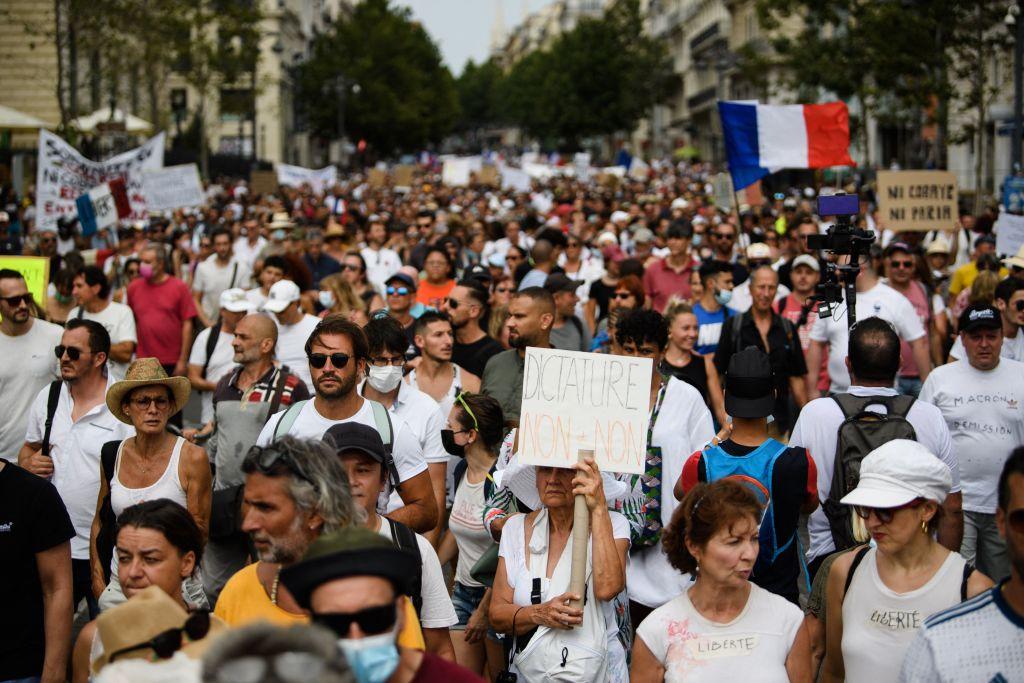 El Parlamento francés adopta el proyecto de ley del certificado sanitario en medio de protestas