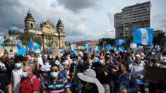 Guatemaltecos mantienen bloqueos para exigir renuncia del presidente y fiscal