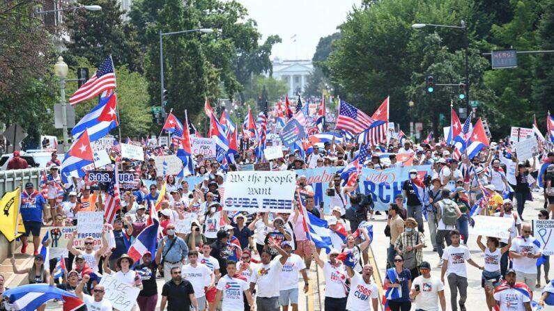 Personas marchan durante una protesta en apoyo a las continuas protestas contra el régimen comunista en Cuba cerca de la Casa Blanca en Washington DC, el 26 de julio de 2021. (Brendan Smialowski/AFP vía Getty Images)