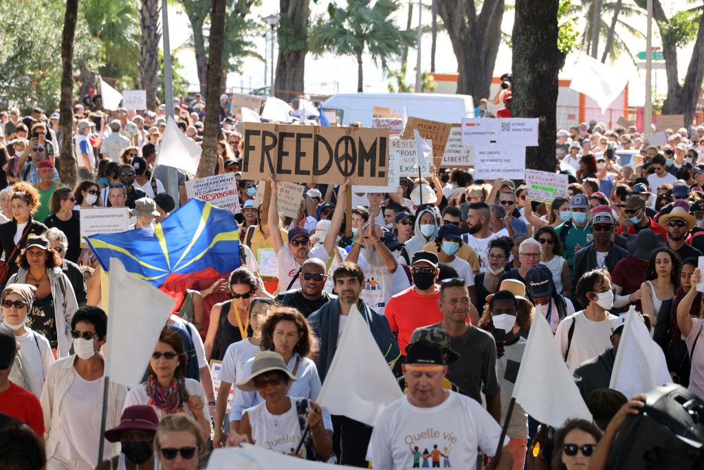 Más de 200,000 franceses siguen las protestas contra el pase sanitario y la vacunación obligatoria