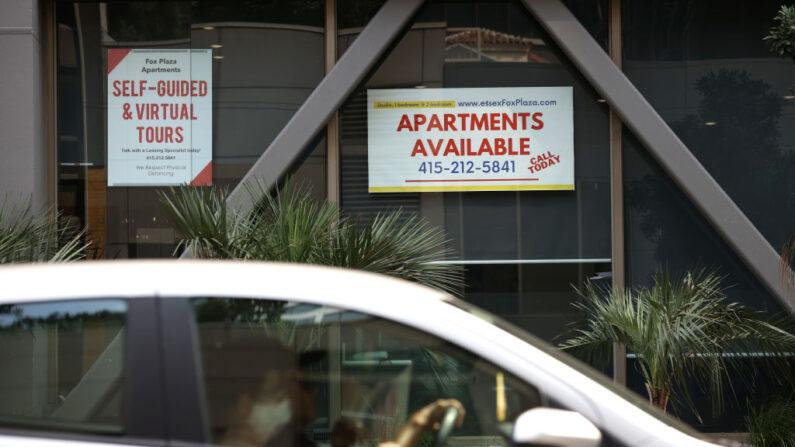 Un coche pasa junto a un edificio que anuncia el alquiler de apartamentos en San Francisco el 1 de septiembre de 2020. (Justin Sullivan/Getty Images)