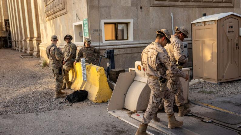 Soldados del Ejército de Estados Unidos observan el paso de sus compañeros de la Coalición cerca de la entrada de la Zona Internacional el 30 de mayo de 2021 en Bagdad, Irak. (John Moore/Getty Images)