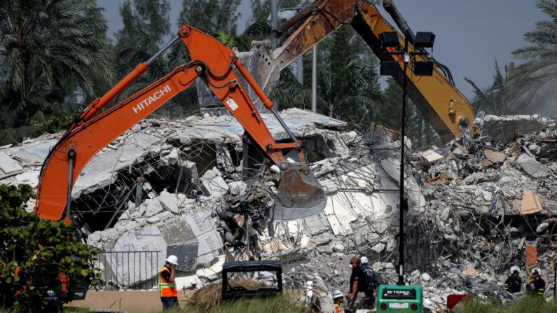 Excavadores cavan entre los restos del edificio de condominios Champlain Towers South que se derrumbó el 09 de julio de 2021 en Surfside, Florida (EE.UU.). (Anna Moneymaker/Getty Images)