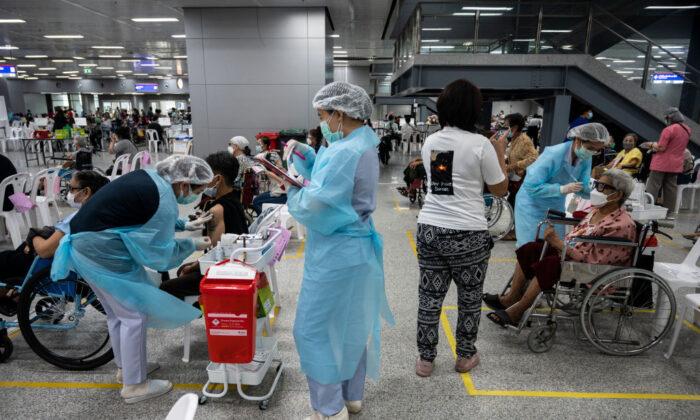 """Más países abandonan vacunas COVID chinas, un revés para la """"diplomacia de vacunas"""" del régimen"""