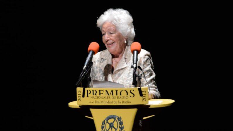 Abuela paterna de la reina Letizia de España, Menchu Álvarez, pronuncia un discurso durante la ceremonia de los Premios Nacionales de Radio 2013 en el Teatro Mira el 13 de febrero de 2013 en Madrid, España. (Carlos Álvarez/Getty Images)