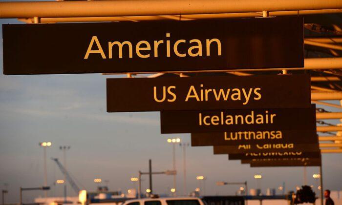 Cartel de American Airlines en el aeropuerto internacional de Denver, Colorado (EE.UU.), el 9 de diciembre de 2013. (Emmanuel Dunand/AFP/Getty Images)