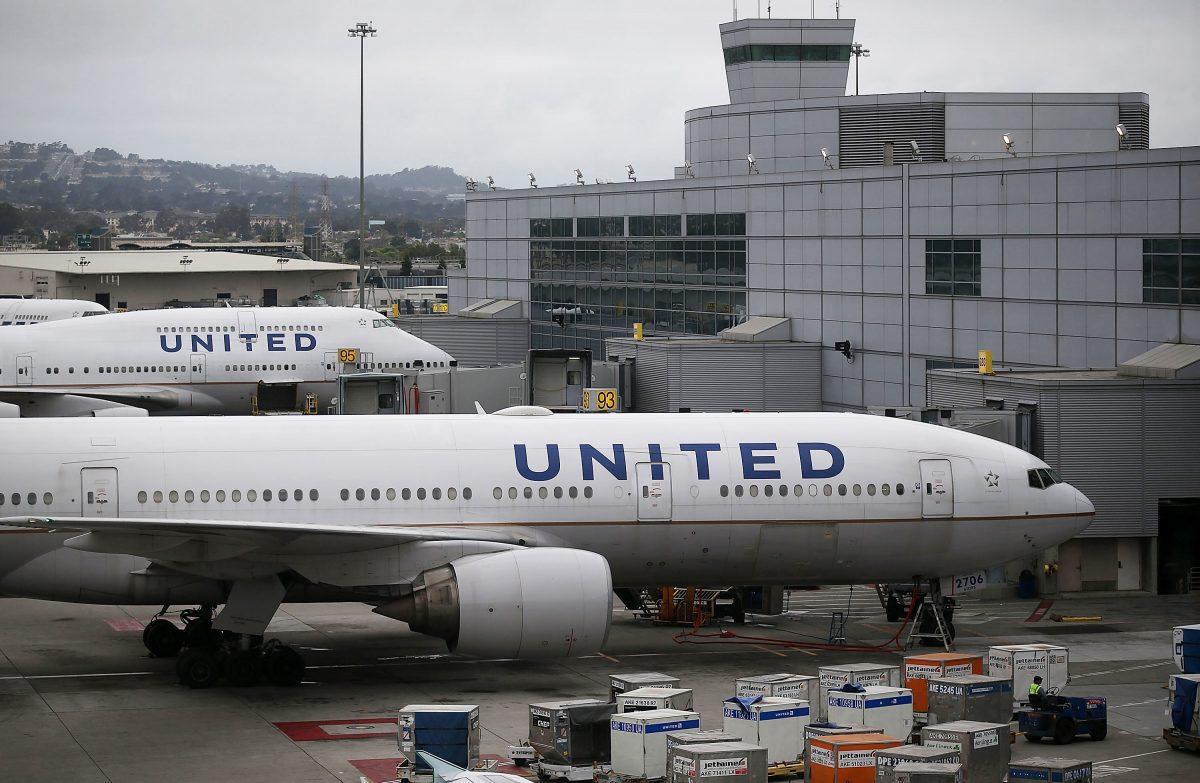 Evacúan vuelo de United Airlines luego que adolescente usara AirDrop para hacer broma a pasajeros