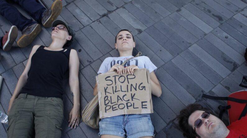 Manifestantes participan en una protesta 'die-in' en memoria de Michael Brown en Brooklyn, Nueva York, el 9 de agosto de 2015. (Kena Betancur/AFP vía Getty Images)