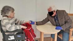 Hombre de 74 años por fin puede tomar la mano de su esposa en una residencia después de 8 meses