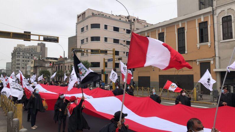 """Ciudadanos peruanos participan en """"Gran Marcha por la Libertad y la Democracia"""" en Lima, Perú el 23 de julio de 2021. (Pachi Valencia/The Epoch Times)"""