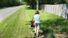 """Niño de 8 años acepta """"desafío de las 50 yardas"""" para podar césped de ancianos y personas que necesiten"""