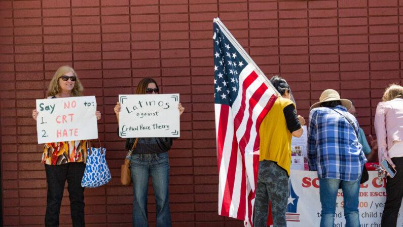 Manifestantes se reúnen frente a la sede del Distrito Escolar Unificado de Los Alamitos en protesta por las enseñanzas de la teoría crítica de la raza en Los Alamitos, California, el 11 de mayo de 2021. (John Fredricks/The Epoch Times)