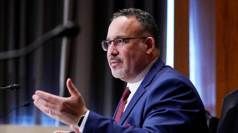 Miguel Cardona habla durante su audiencia de confirmación para ser secretario de Educación, en el Capitolio de Estados Unidos, el 3 de febrero de 2021. (Susan Walsh/POOL/AFP vía Getty Images)