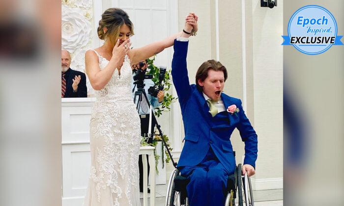 Ryan Estep y Chandler Dendy Estep celebrando el momento de su boda cuando lo declararon marido y mujer. (Cortesía de Ryan Estep)