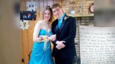 Dueña de boutique encuentra misteriosa nota en vestido de graduación donado y busca al remitente