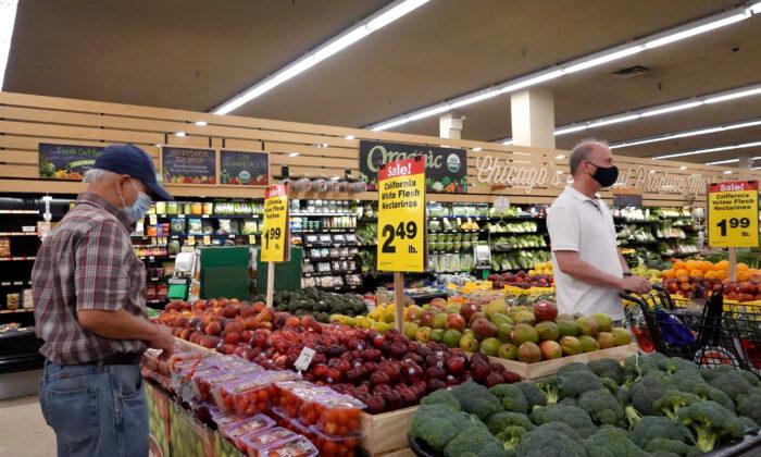 Los clientes compran productos en un supermercado en Chicago, Illinois, el 10 de junio de 2021. La inflación aumentó un 5% en el período de 12 meses que finalizó en mayo, el mayor incremento desde agosto de 2008. Los precios de los alimentos aumentaron un 2.2% durante el mismo período. (Scott Olson / Getty Images)