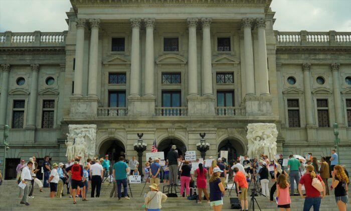 El Rally por el Fin de la Teoría Crítica de la Raza se llevó a cabo en los escalones del edificio del Capitolio, en Harrisburg, Pensilvania, el 14 de julio de 2021. (Steve Wen/The Epoch Times)