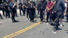 Detienen a decenas de personas frente a un spa tras choques entre miembros de Antifa y la policía