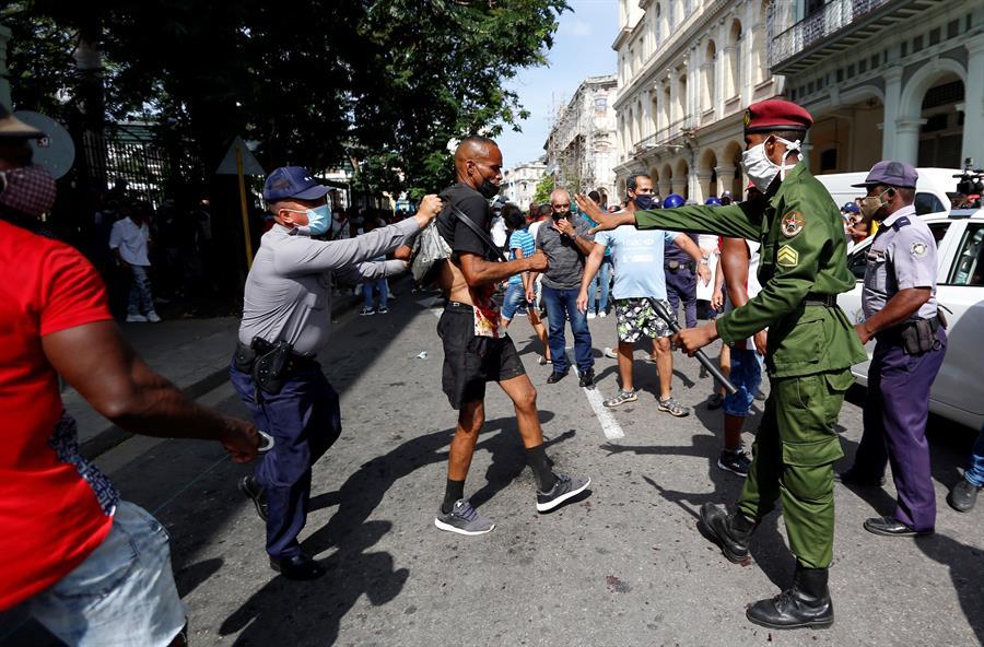 El régimen comunista cubano vuelve a detener e interrogar a la periodista de ABC Camila Acosta