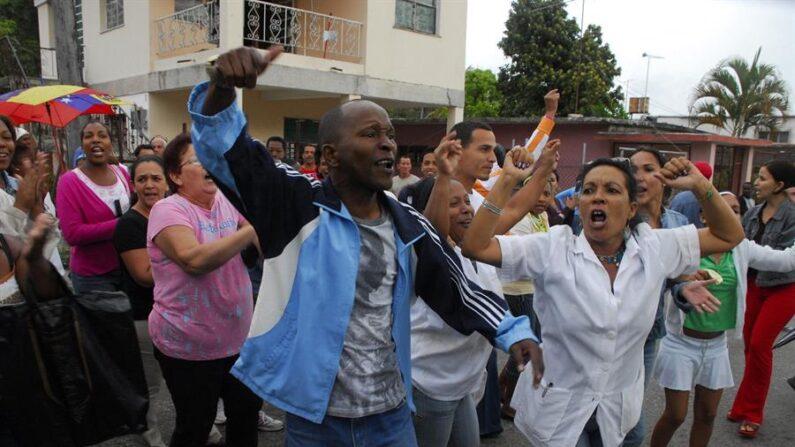 Varias personas gritan durante una protesta en La Habana (Cuba). (EFE/ROLANDO PUJOL/Archivo)