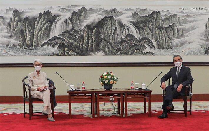 Una foto distribuida por el Departamento de Estado de EE.UU. muestra a la vicesecretaria de Estado de EE.UU., Wendy Sherman (izq.), durante su reunión con el Ministro de Asuntos Exteriores chino, Wang Yi, en Tianjin, China, el 26 de julio de 2021. (EFE/EPA/DEPARTAMENTO DE ESTADO DE EE.UU.)