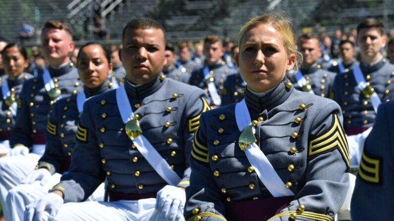 Los cadetes de la Academia Militar de Estados Unidos asisten a la ceremonia de graduación de 2020 en West Point, Nueva York, el 13 de junio de 2020. (Nicholas Kamm/AFP vía Getty Images)