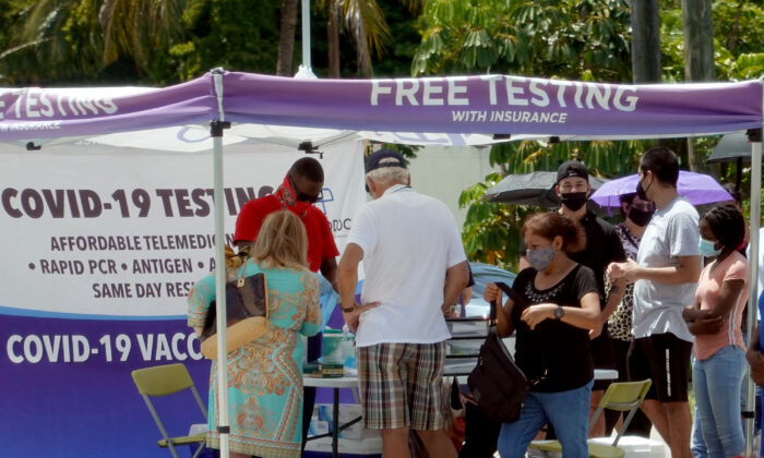 Algunas personas esperan para practicarse un test de COVID-19 en un lugar de pruebas de emergencia en Miami, Florida, el 26 de julio de 2021 (Joe Raedle / Getty Images