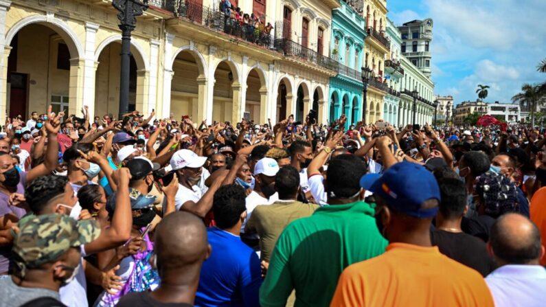 La gente participa en una manifestación contra el régimen cubano de Miguel Díaz-Canel en La Habana, el 11 de julio de 2021. (Yamil Lage/AFP via Getty Images)
