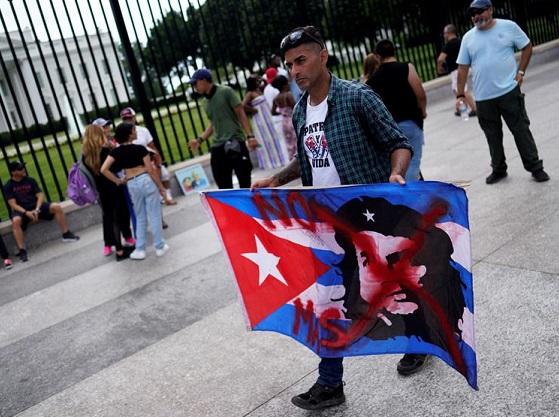 Cubanos-estadounidenses asisten a una manifestación de apoyo a los manifestantes en Cuba frente a la Casa Blanca en Washington DC, EE.UU., 17 de julio de 2021. (EFE/EPA/WILL OLIVER)