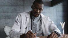 """Joven estudia sin luz y obtiene alto puntaje para estudiar medicina: """"Centrarse, creer y tener fe"""""""