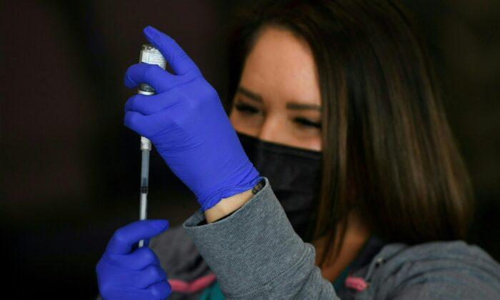 Una dosis de la vacuna Moderna COVID-19 se prepara en Gardena, California, el 17 de abril de 2021. (Patrick T. Fallon/AFP vía Getty Images)