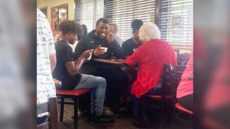 """Hermanos adolescentes se sientan a comer con anciana solitaria en un restaurante: """"Ella estaba feliz"""""""