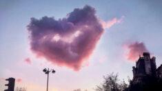 Impresionante fotografía de una nube rosa con forma de un corazón en el cielo de París