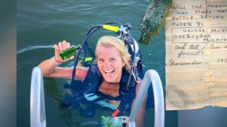 Buceadora halla carta de hace 95 años en una botella en el río y localiza a la hija del propietario