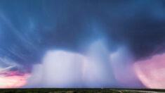 """Cazador de tormentas toma increíbles fotografías de una """"cuádruple micro ráfaga"""" cayendo del cielo"""