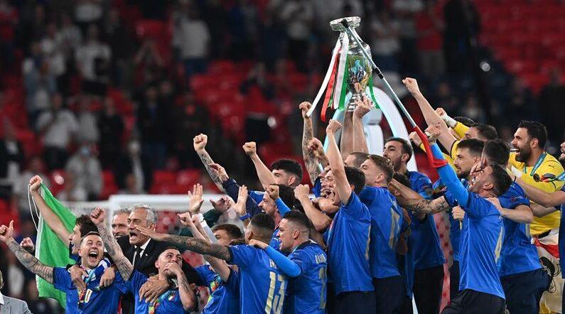Los jugadores de Italia celebran con la copa de la UEFA EURO 2020 tras vencer a Ingaterra. (EFE/EPA/Paul Ellis)