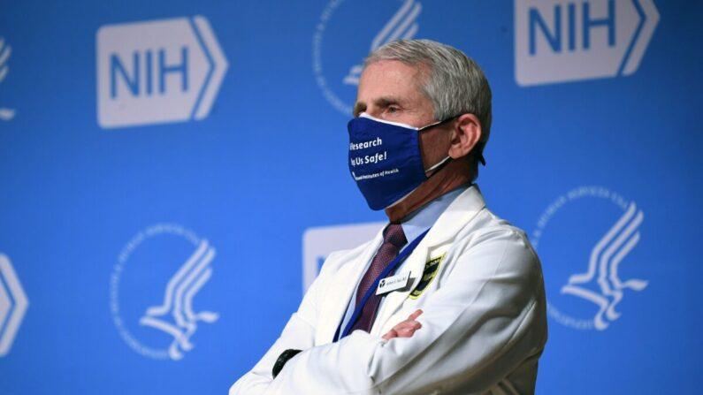 El Dr. Anthony Fauci, principal asesor médico de la Casa Blanca sobre el COVID-19, en los Institutos Nacionales de la Salud (NIH) en Bethesda, Maryland, el 11 de febrero de 2021. (Saul Loeb/AFP vía Getty Images)