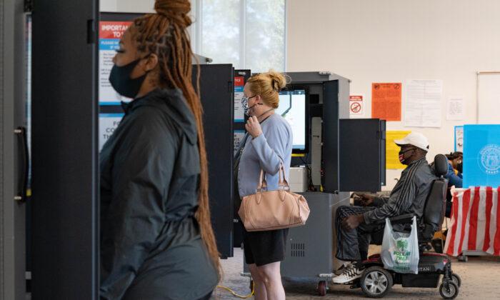 Los votantes emiten su voto en la Biblioteca Metropolitana de Atlanta, Georgia, el 3 de noviembre de 2020. (Megan Varner/Getty Images)