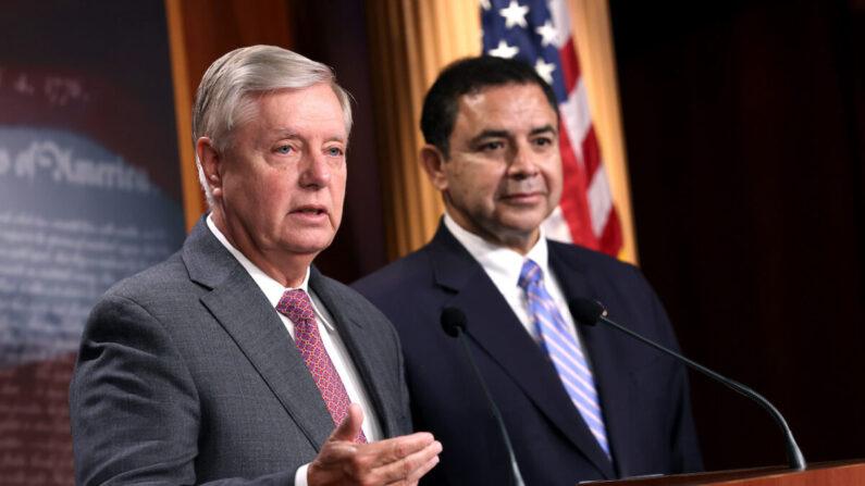 El senador Lindsey Graham (R-S.C.) (I), acompañado por el representante Henry Cuellar (D-Texas), habla durante una conferencia de prensa en el Capitolio de Estados Unidos en Washington, el 30 de julio de 2021. (Kevin Dietsch/Getty Images)