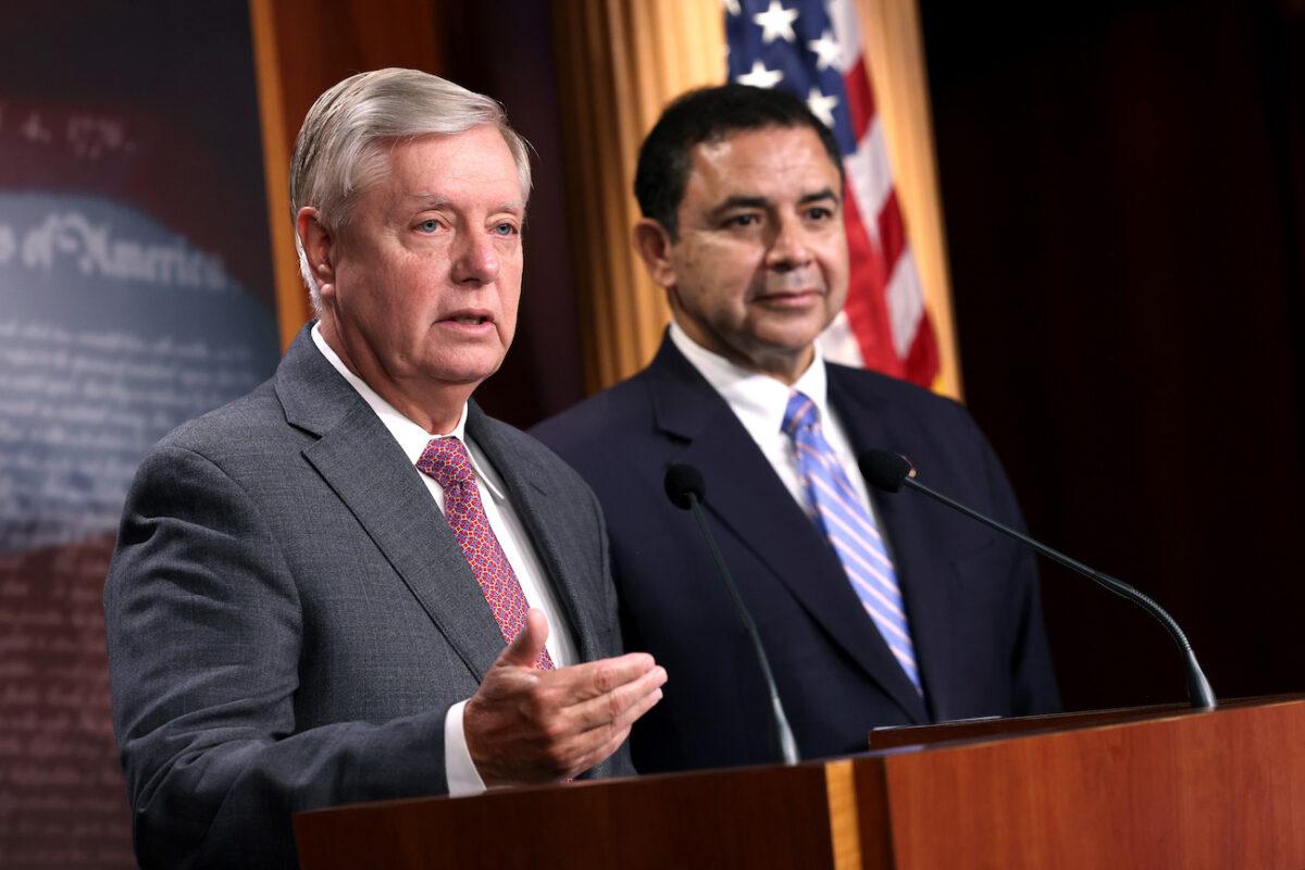 Graham y Cuellar instan a Biden a contratar a Jeh Johnson como zar para la frontera