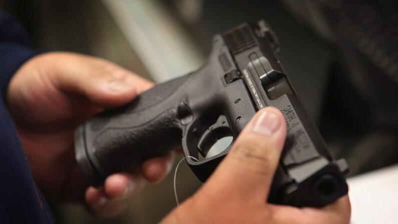 Un cliente compra una pistola en la tienda de artículos deportivos Freddie Bear Sports en Tinley Park, Il., El 17 de diciembre de 2012. (Scott Olson / Getty Images)