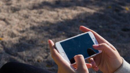 Niño mexicano pierde celular con fotos de su mamá fallecida y usuarios de redes salen al rescate
