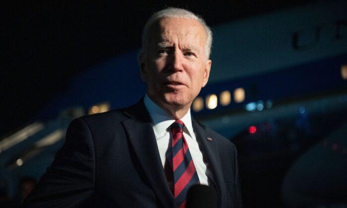 El presidente Joe Biden se dirige a los medios de comunicación antes de embarcar en el Air Force One que sale del aeropuerto internacional de Cincinnati Northern Kentucky en Hebron, Kentucky, el 21 de julio de 2021. (Saul Loen/AFP vía Getty Images)