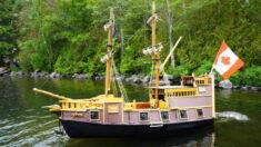 """Carpintero jubilado construye un """"barco pirata"""" con muebles y armarios viejos durante la pandemia"""