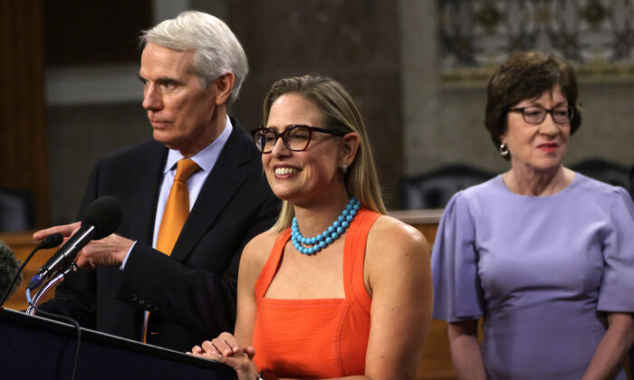 El senador Rob Portman (R-Ohio) (izq.) y la senadora Kyrsten Sinema (D-Ariz.) (centro) responden preguntas de la prensa junto a la Senadora, Susan Collins (R-Maine), en una conferencia de prensa en Capitol Hill, Washington D.C., el 28 de julio de 2021. (Alex Wong/Getty Images)