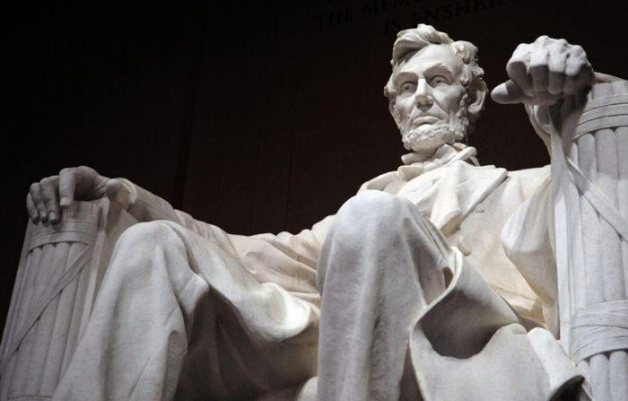 Un héroe para todos los tiempos: la estatua del decimosexto presidente de los Estados Unidos, Abraham Lincoln, se ve dentro del Lincoln Memorial en Washington el 12 de febrero de 2009 (Karen Bleier / AFP a través de Getty Images)
